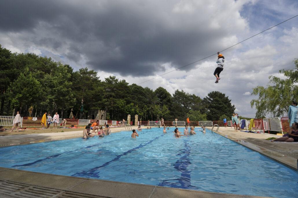 tirolina sobre piscina